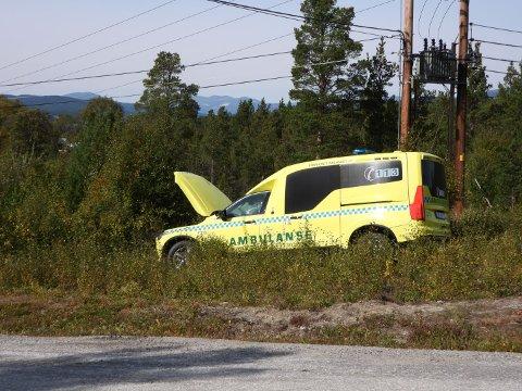 PÅKJØRT: En ambulanse under utrykning ble ifølge politiet påkjørt av en annen bil i Dalsholen mandag ettermiddag.