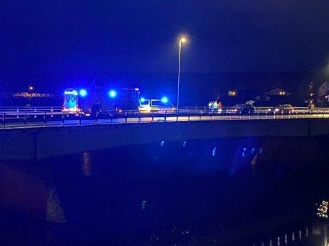 KOLLISJON: To biler kolliderte på Glåmbrua i Elverum natt til mandag.