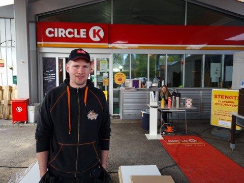 Magnus Stenseth får et splitter nytt konsept på Vestad-stasjonen. Bak serverer Carina Kvehaugen Myrvold kaffe til kundene ute.