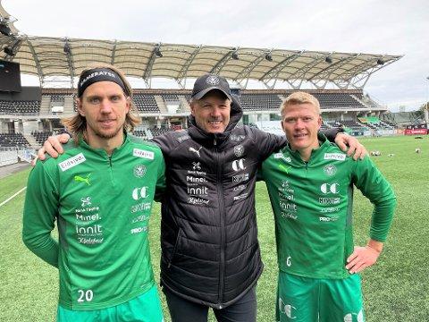 FÅR SKRYT: - To spillere som er viktige for HamKam. Begge scorer mål og bidrar, sier trener Kjetil Rakdal. Her sammen med de tidligere elverumsspillerne Jonas Enkerud fra Kjellmyra (tv) og Kristian Eriksen fra Hamar.