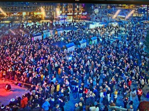 KOK: God stemning og mye folk i Stavanger lørdag kveld. i forbindelse med gjenåpningen av Norge, etter at koronarestriksjonene er hevet.