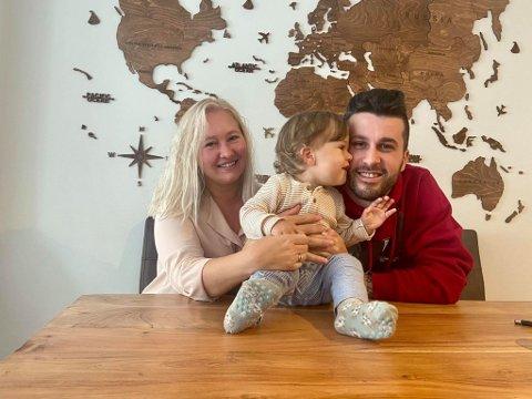 FAMILIE: Sandra Hellebust (28) og Endi Karaj (35) sammen med sønnen Raphael (1).