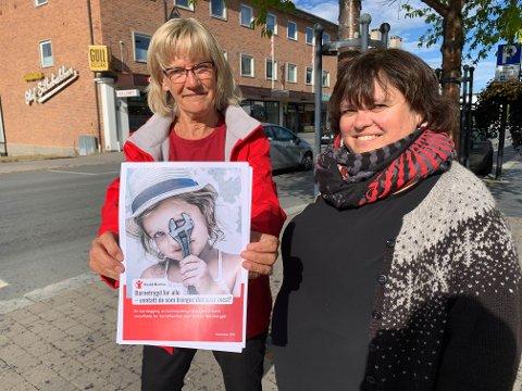 RAPPORT:  Stortingsrepresnetant Karin Andersen og varaordfører i Trysil, Stine Akre, med Redd Barnas rapport om barnefattigdom i Norge.