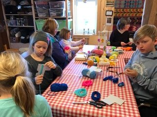 GARN: Barna på påskeverkstedet koste seg med garn.