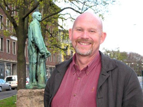 Engasjerer seg: Svein Olav Hoff er født og oppvokst i Munkerekka og har fortsatt hus der. Etter 22 år som direktør for Lillehammer kunstmuseum, er han nå seniorrådgiver samme sted. Hoff er kjent for klare meninger og studerte i utgangspunktet statsvitenskap. Målet var å bli byplanlegger, men slik gikk det ikke. Her står Hoff i Oslo ved skulpturen «Mannen med nøkkelen» av billedhuggeren Auguste Rodin.