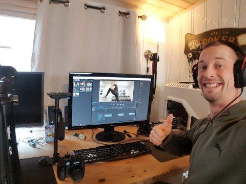 PRODUKSJON: Kampsportentusiast Tommy Fosland lager treningsvideoer hjemme i stua. Over to tusen folk følger han gjennom sosiale medier.