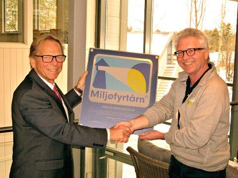 Steinar Berfendal fikk Miljøfyrtårnplakaten av Roar Jonstang.