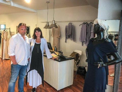 EN GOD TJØME-JUL: Svein Rosseland og Torunn Beate Berge melder om godt besøk i butikken og i Tjøme sentrum generelt denne jula.