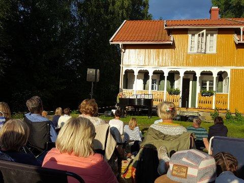 Det gule huset på Barneskjær får i år besøk av nye artister for konsert, Agnes Stock og Thom Hell.