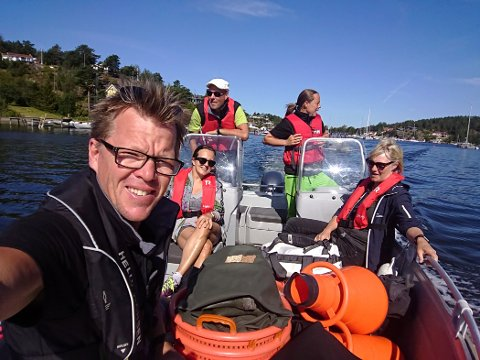Disse dro på østersjakt i sommer. Vi ser østersjeger Dag-Roal Wisløff i front, Bård Andresen kjører båten, nasjonalparkforvalter Anne Sjømæling og Norges første kvinnelige østersjeger Maren Bonsaksen (bakerst til høyre). Ytterligere en representant fra fylkeskommunen var med.