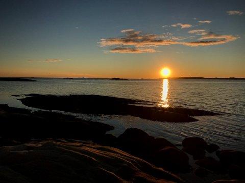 Fredag så det sånn ut fra Moutmarka. Både lørdag og søndag er det forventet supre solnedganger for dem som kler seg godt og tar turen ut langs kysten.