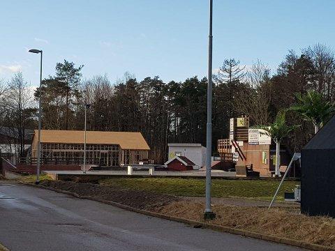 Det reiser seg et bygg på Haugsjordet på Tjøme, ved skateparken. Her blir det innendørs aktivitet for ungdom.