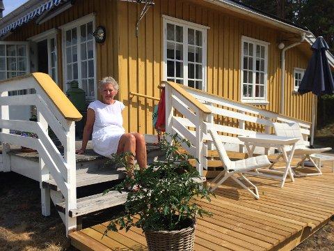 Det handler om tall: Anne Østgaard har skrevet ny bok, hovedsaklig her på hytta på Veierland. Nå handler det om tall. Foto: Privat