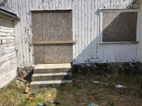 Dører og vinduer er etter pålegg fra kommunen blitt spikret igjen de siste dagene. Det er også planer om ytterligere grep.