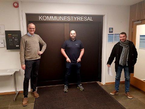 Ordfører Jon Sanness Andersen fikk besøk av Peri Folke Knutsen og Atle Doksrud fra Kjøpmannskjær.