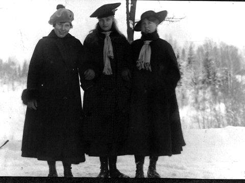 Vinterhabitt er tittel på dette bildet, tatt en gang i perioden mellom 1910 og 1920. Nummer tre fra høyre er Rachel Torgersen, de andre er ikke navngitt Bidratt med bildet har Alvilde Arnesen gjort.