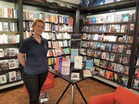 Sol Andreassen har et bord dedikert til bøkene som trender på den populære emneknaggen #BookTok.