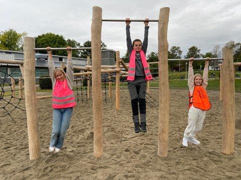 7. klassingene Elida Knutsen-Andersen, Mikkel Fjeld og Tilde Holberg Lægreid trives med det nye anlegget i skolegården.