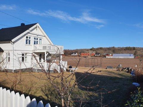 Det er bak i kanten mot jordet annekset i Oppegårdsveien 53 på Hvasser var planlagt.