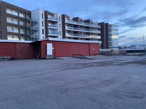 Det er denne rødmalte bygningen som skal bort.