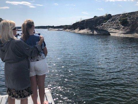 På hytta på Brøtsø ferierer Betty og Per F. Jølsen med datter og barnebarn, og å bade her fra brygga oppleves skummelt. - Jeg er rett og slett livredd når barnebarnet vårt bader, det er ikke å overdrive, sier Betty F. Jølsen.