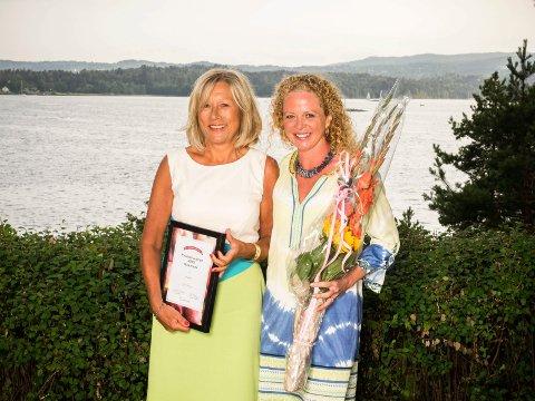 Hilde Auen (t.v.) fikk prisen som Årets Fylkesslanker av Jeanette Roede.