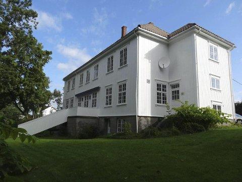 Ifølge kommunen har Elverhøy ingen vernestatus. Ny eier vil rive bygget og bygge leiligheter som ikke koster mer enn at førstegangsetablerere og forholdsvis ubemidlede kan kjøpe.