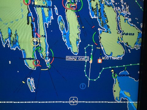 Dette er skjermbildet til Sjøtrafikksentralen i Brevik som viser hvordan det tyrkiske tankskipet «SIMAY G» endret kurs i Dypingen. Skipet var nær ved å grunnstøte mot Gjeterøya, men en oppmerksom los og inngripen fra sjøtrafikksentralen i Brevik forhindret en skipsulykke.