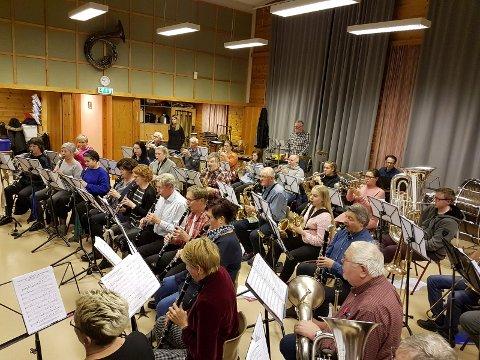 Orkestret øvde i Asbjørn Kloster onsdag og er klare for Ælvespeilet søndag.