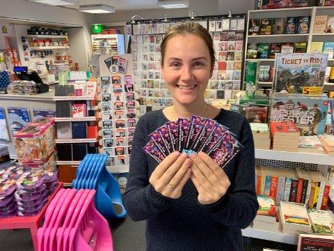 Elina Berntsen hos Boksafari selger billettene til årets revy. Hun har fortsatt billetter igjen til alle forestillingene, også fredagens premiere.