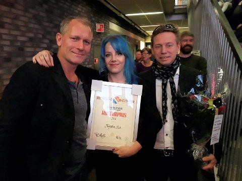 OVERRASKET: Anne Øverland ante ingenting om at hun skulle ta i mot kulturprisen på vegne av Karjolen Pu da hun kom til Ælvespeilet lørdag ettermiddag. Her sammen med Jørn Aasgrav og Pål Berby.