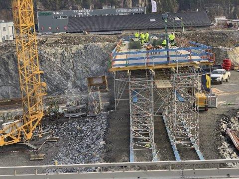 GODT I GANG: Entreprenørene er godt i gang med den nye gangbrua på Rugtvedt, som bygges nærmere krysset enn dagens.