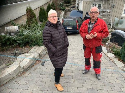 Anna Oshaug og Gorm Lindholdt fortviler over at det nok en gang har skjedd en ulykke inn i deres egen hage. Nå ber de myndighetene ta dette på alvor, og får bygget en ny Gassvei.