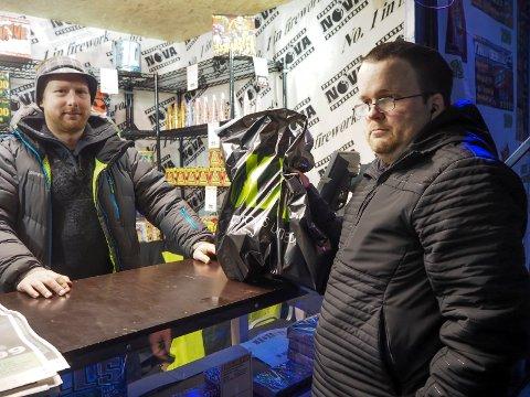 Anders Forsbakk har tatt kurs for å ha lov til å selge fyrverkeri. Til vanlig jobber han på verkstedet hos XXL. Kristian S. Hansen er en av dem som går får noen av de mindre batteriene til årets nyttårsfeiring.