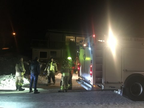 Brannmannskapene fikk nærmest bare ryddejobben da de kom. Naboen til eneboligen hadde gjort slukkejobben med pulverapparat.