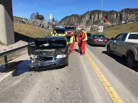 Det er store materielle skader på bilene som er involvert i ulykken ved Lasses.