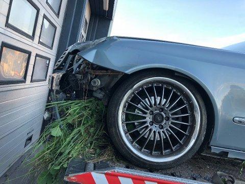 Bilen ble tauat inn med store skader i fronten.