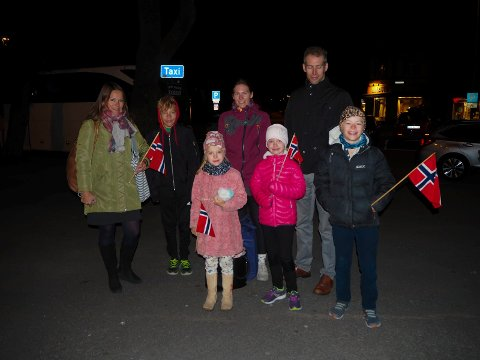 Ragnhild Høvset, August Høvset (13), Josefa Høvset (7), Lenita Hansen, Mathea Bergene (6), Morten Høvset og Tolla Høvset (10) hadde stått grytidlig opp for å få med seg den første togturen på det nye jernbanesporet til Larvik.