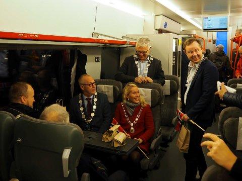 FEIRET: 24. september var ordførerne fra Larvik, Skien, Bamble og Porsgrunn med på den første togturen langs den nye strekningen fra Porsgrunn til Larvik. Denne helga utføres det restarbeider på linja.