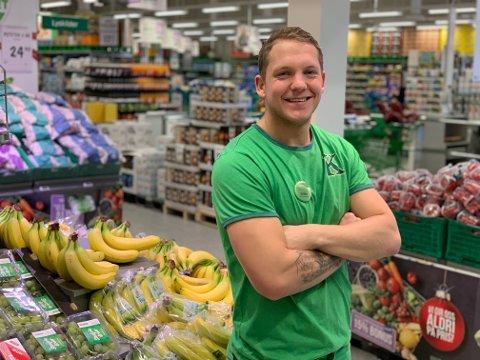 Sindre Svines er mest kjent i den sorte Urædd-drakta. I jobbsammenheng er han å se i grønt som assisterende butikksjef hos Kiwi Skippergata.