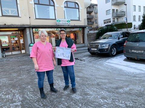 F.v. Monica Engedal og Elisabeth Sageie sier de ikke kan drive uten parkeringsplasser.