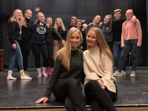 TOK TAK: Kari Øverland Heia og Kamilla Vanebo Tollefsen er revysjefer for årets russekull ved Porsgrunn videregående skole. Jentene forteller at de synes det var veldig kjedelig at det ikke ble noe av russerevyen i fjor.