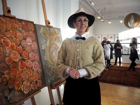Mona Stenseth Erlandsen med to av sine nyeste malerier.