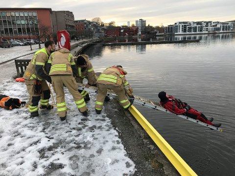 Brannvesenet i Porsgrunn testet nye metoder for å få folk opp av elva onsdag formiddag.