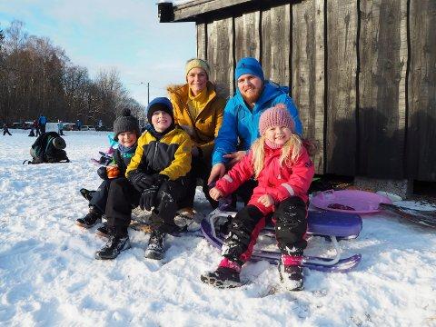 Mattis Hovet Lund (4), Jonas Simonsen (8), Camilla Hovet, Mads Sudbø og Amelia Simonsen (6) koste seg både med akebrett og ski på Flåtten søndag formiddag.