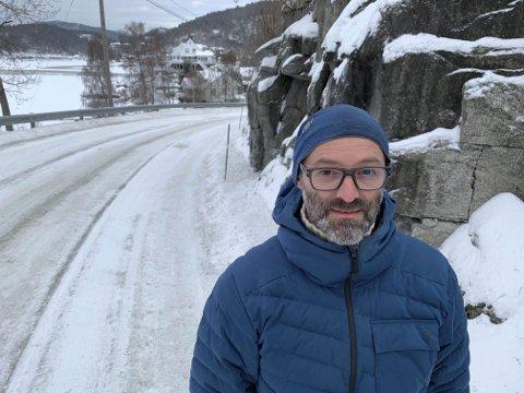 DÅRLIG SIKT: Geir Nordheim påpeker at det er flere krappe svinger med dårlig sikt på Bergsbygdavegen. Det utgjør en ekstra risiko vinterstid med glatte forhold på veiene.
