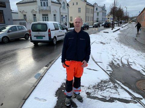 PÅ VAKT: Bjørn Roger Aanesen følger med på veiforholdene i Porsgrunn denne helga.