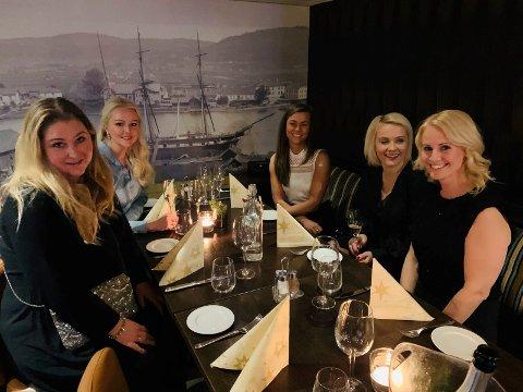 Monica Ruud Bergan, Vibeke Meen Ringsevjen, Silje Tollefsen, Monica Håland og Heidi Larønningen Glittum var klare for å kose seg med god mat og drikke.