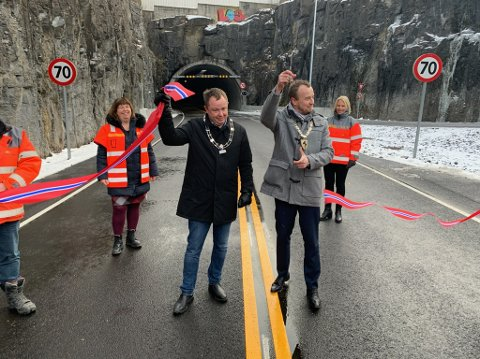Ordfører Robin Kåss og fylkesordfører Sven Tore Løkslid klippet snora da Porsgrunnstunnelen åpnet tirsdag.