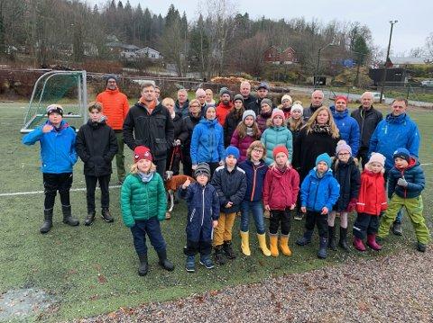 40 store og små møtte opp for å vise at de står opp for å få bedre vintervedlikehold på Bergsbygdavegen søndag.